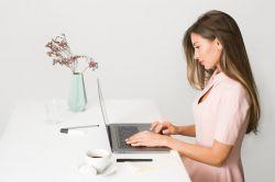 Como Sofá de Couro Preto Oferece Características Únicas Na Sua Casa